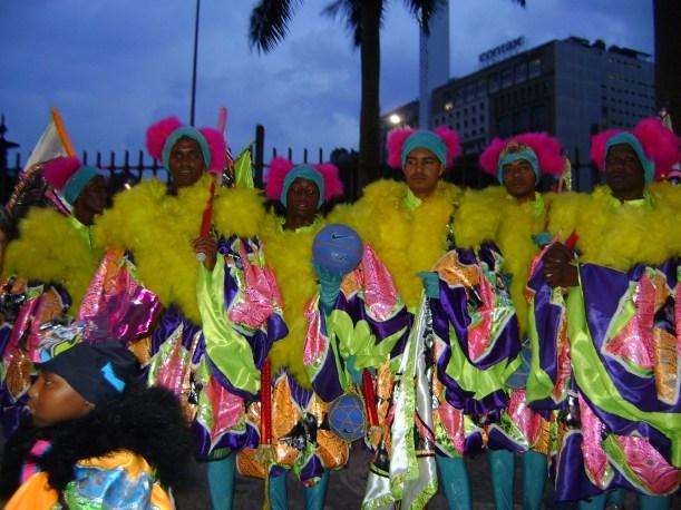 Flagrante de um grupo colorido de Clóvis, também chamado de bate-bola, chegando na Avenida Rio Branco, no Centro do Rio, para brincar o último dia de carnaval.