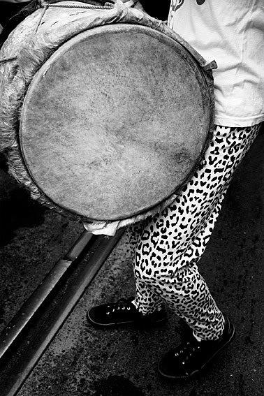 Bate tambor.