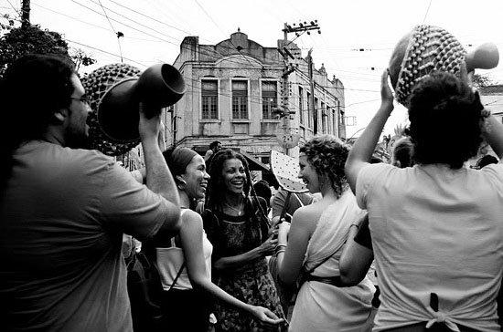 O povo seguindo o Songô.